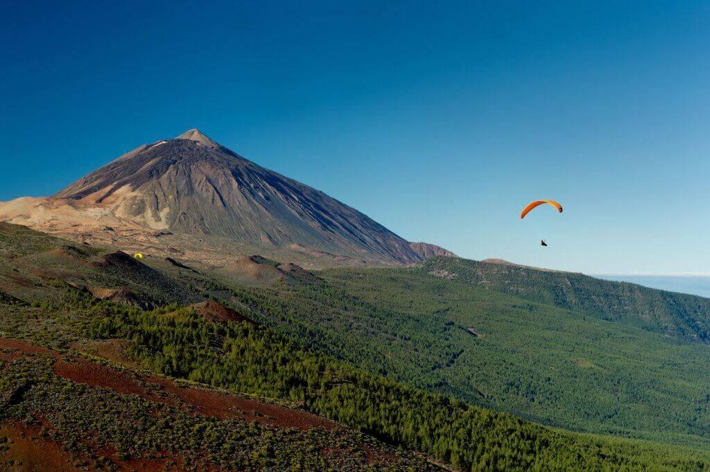 Ein Gleitschirmflieger in der Nähe des Mount Teide